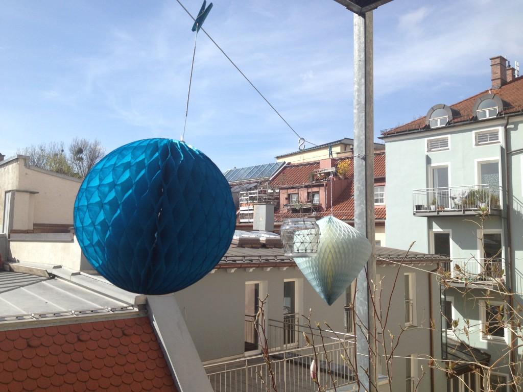 """Wabenpapier """"Lampions"""" helfen den Balkon zu behübschen!"""